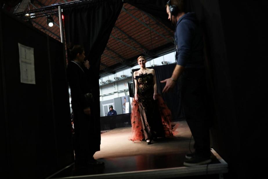 La fébrilité est dans l'air, juste avant que cette mannequin mette les pieds sur le podium.