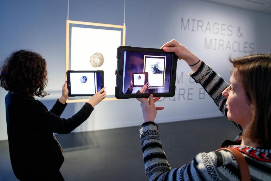 Expérimentation de Caillou noir (faisant partie de la série Le silence des pierres). En approchant la tablette numérique de l'œuvre, on voit des sortes de cheveux s'échapper du caillou et l'on entend une musique.