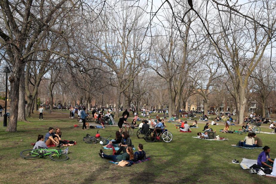 Beau temps et confinement ne font pas bon ménage. Le parc Laurier était bondé en après-midi, si bien que la majorité desvisiteurs peinaient à garder la distance requise de deux mètres pour toutes les personnes qui n'habitent pas ensemble.