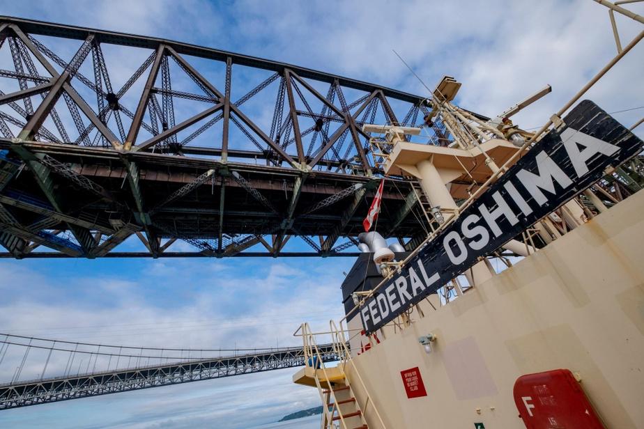 Avant d'arriver à Québec, le Federal Oshima passe sous le pont Pierre-Laporte et le pont de Québec.