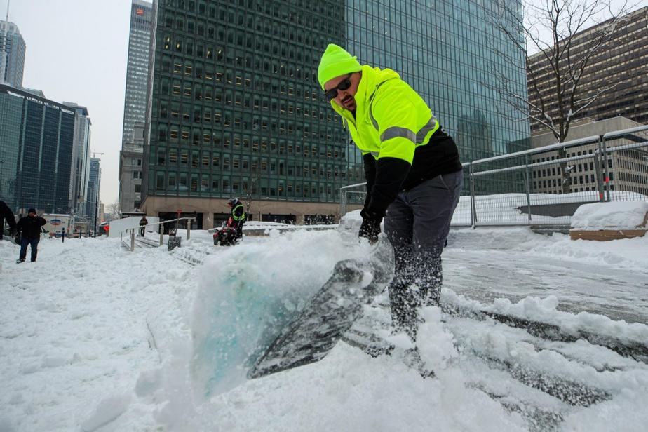 «Normalement, pour 35cm de neige, ça nous aurait pris trois jours de travail. Mais là, avec 15cm de plus, on en aura pour une journée de plus», a précisé Matthew Graham.