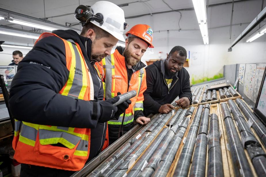 Le vice-président sénior exploration chez Osisko, Mathieu Savard, et les géologues Julien Avard et Yvon-Pépin Kamahe inspectent des carottes dans une des quatre carothèques du camp.
