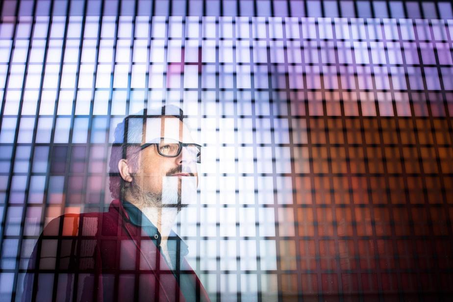 Rafael Lozano-Hemmer devant son œuvre numérique interactive Colorimètre, intégrée en 2018 dans l'architecture du hall de la Maison Manuvie, à Montréal.
