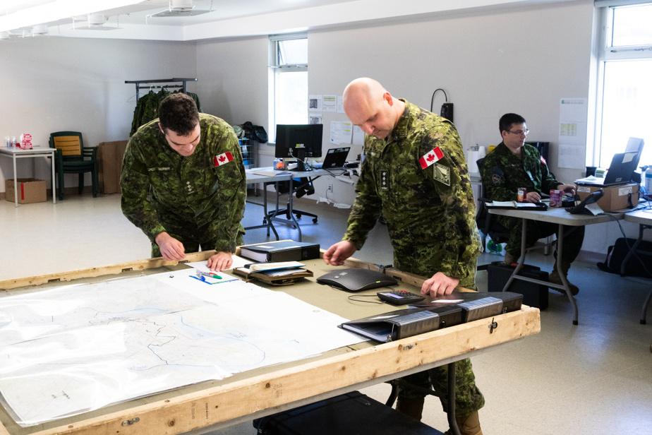 Des cartes sont déployées dans le centre de commandement de l'opération Laser, sur la base militaire de Longue-Pointe, dans l'est de l'île de Montréal.