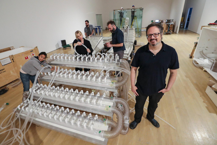 Rafael Lozano-Hemmer au Musée d'art contemporain de Montréal, en mai2018, lors de l'installation de son œuvre Respiration circulaire vicieuse.