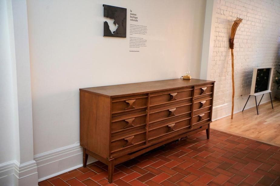 Des meubles vintage, comme ce buffet, renforcent le cachet ancien deslieux.