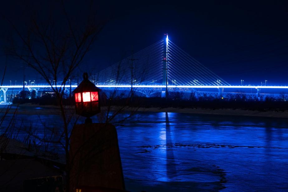 L'éclairage bleuté du pont Samuel-DeChamplain donne une atmosphère unique à cette photo.