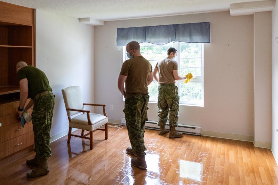 Le caporal-chef Morrisette, le cavalier Gagné et le cavalier Beauregard nettoient une chambre de fond en comble.