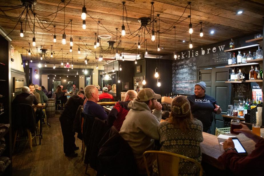 Rek'Lis Brewery Située à Bethlehem, à quelques minutes seulement de Littleton et des centres de ski CannonMountain et BrettonWoods, la brasserie Rek'Lis était remplie en ce petit lundi de janvier pour la soirée «pinte et pizza». L'ambiance y est chaleureuse et décontractée, le chansonnier, talentueux, la bière et la bouffe sont fort convenables–on évite toutefois la poutine, qui n'a pas grand-chose à voir avec la nôtre. On y croise des habitués et nombre de skieurs, c'est très propice aux échanges et, en prime, les enfants sont les bienvenus.