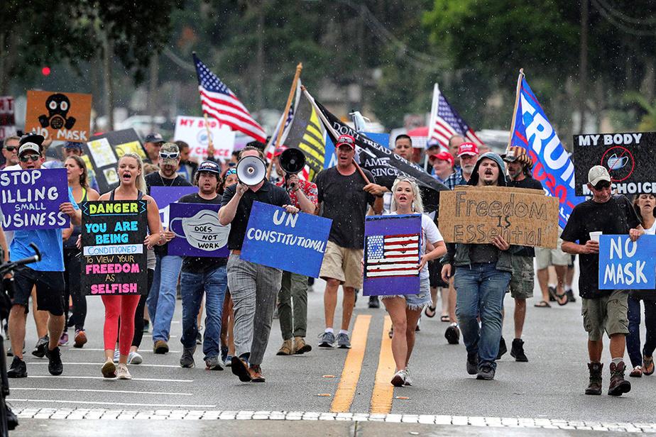 Une manifestation du même genre s'est aussi tenue en Floride, le 1erjuillet, à Sanford, après la décision du comté de Seminole d'ordonner le port du masque dans les lieux clos fréquentés comme les commerces.