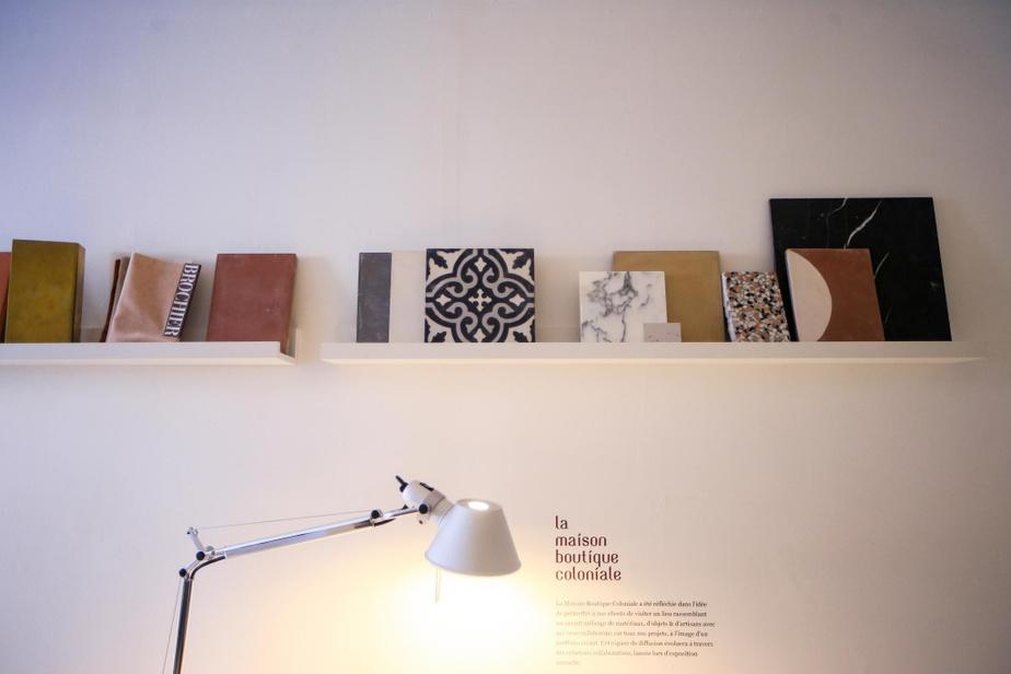 Le studio du designer Michael Godmer au rez-de-chaussée de la Maison-Boutique Coloniale avec, sur les étagères, des carrelages de fournisseurs avec lesquels il collabore