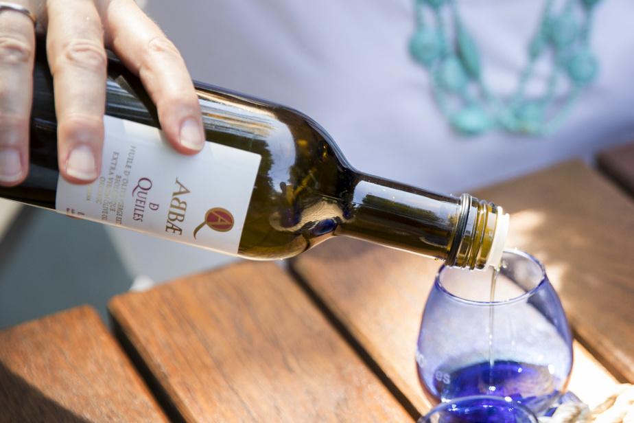 On commence par verser l'huile dans un contenant en verre. On recherchera en goûtant les caractéristiques appréciées dans les huiles d'olive comme l'amertume et le piquant. «Le piquant est lié à des variétés d'olives, mais aussi aux polyphénols. Lorsqu'ils sont actifs dans l'huile d'olive, ils auront comme effet de créer un picotement dans la gorge», explique MmePharand.
