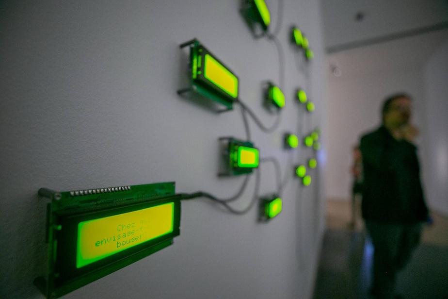 L'œuvre 33 Questions per minute (33 questions par minute), de Rafael Lozano-Hemmer, exposée au Musée d'art contemporain de Montréal en 2018.