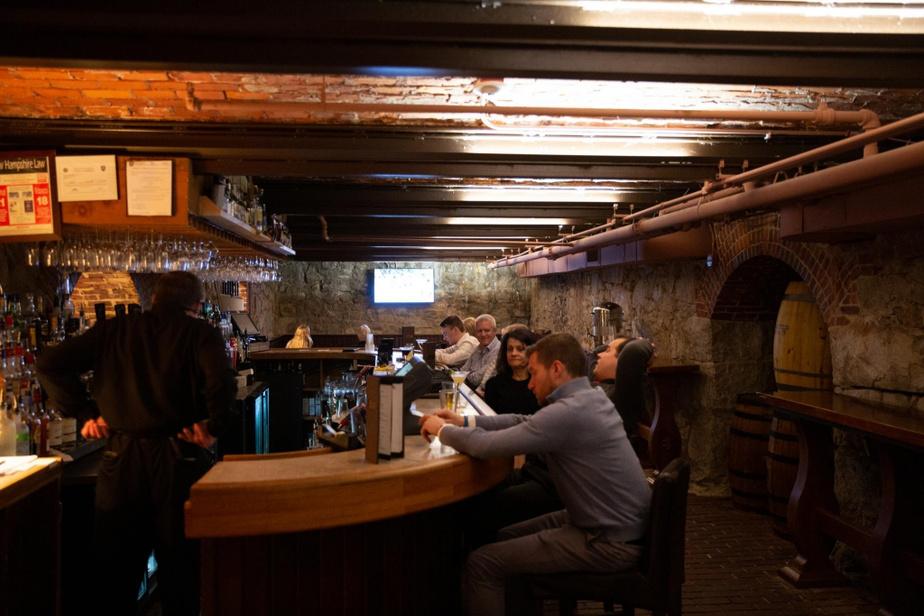 Speakeasy À l'intérieur du bar, ouvert seulement en soirée, on peut encore voir où l'on cachait à l'époque les barils de whiskey achetés en contrebande au Canada. On nous indique même où se trouvaient les trous dans le mur qui permettaient d'apercevoir la rue. On est donc dans un véritable speakeasy. En nous montrant les tasses accrochées derrière lui, le barman nous explique d'ailleurs d'où vient l'expression consacrée:on servait à l'époque les cocktails dans des tasses de thé et, quand la police arrivait, les clients jetaient l'alcool au sol et continuaient de parler bien tranquillement…