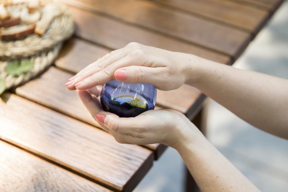 Avant de goûter, on pose une main sur l'ouverture du verre afin d'empêcher les arômes de s'échapper et on réchauffe doucement l'huile dans le creux de sa main en faisant tourner doucement le verre. «Contrairement au vin, les arômes sont très volatils. On goûte une fois, et on n'y revient pas.»