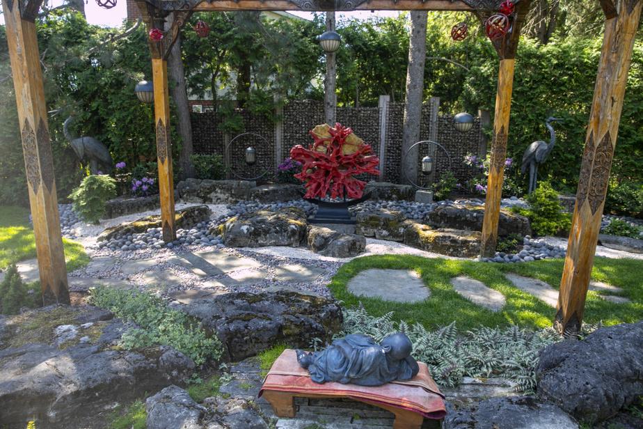 Le jardin d'inspiration japonaise, très zen, se caractérise par sa simplicité, explique Clément Bessette. Il y a peu de fleurs. Les pierres et divers éléments viennent de Bali.