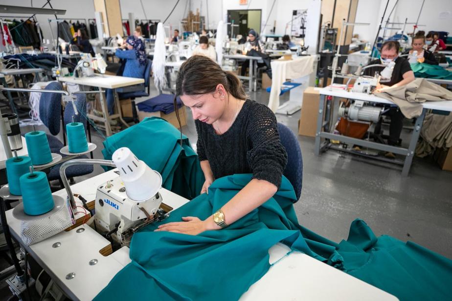 Rapidement, la production de blousesd'hôpital a commencé dans l'atelier.