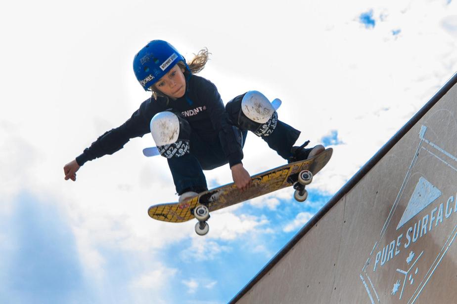 Émeric, 9ans, peut poursuivre sa pratique du skateboard puisque sa famille a construit dans sa cour une rampe qui n'a rien à envier aux vraies rampes des centres publics.