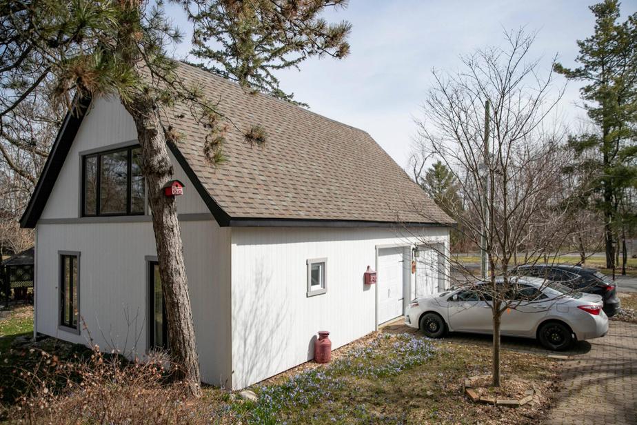 Le garage peut contenir deux automobiles. Il dispose d'un espace de rangement au rez-de-chaussée et d'un autre à l'étage supérieur qui pourrait être transformé en loft.