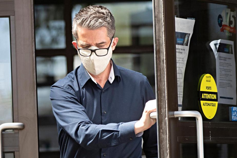 André Boisclair sort du poste de police vendredi matin. Il est accusé d'agression sexuelle armée.