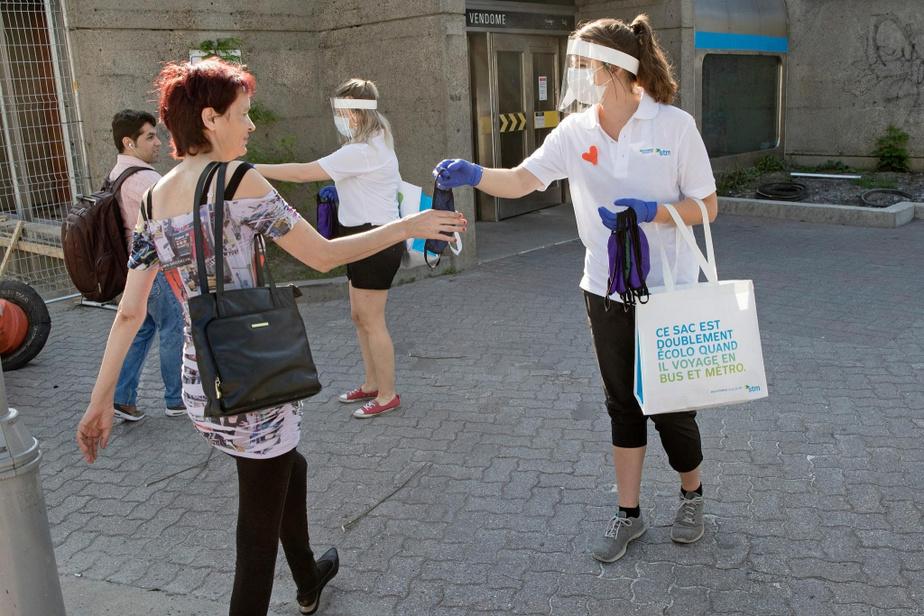 Distribution de couvre-visages au métro Vendôme par Marie-Ève Lasalle et Sarah Gauthier