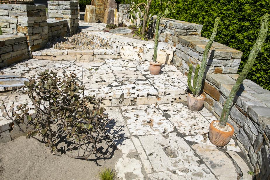 Un muret de 75pi de long, d'abord érigé pour entourer un jardin intérieur, est devenu le cadre parfait pour une scène évoquant une cité perdue dans le désert.