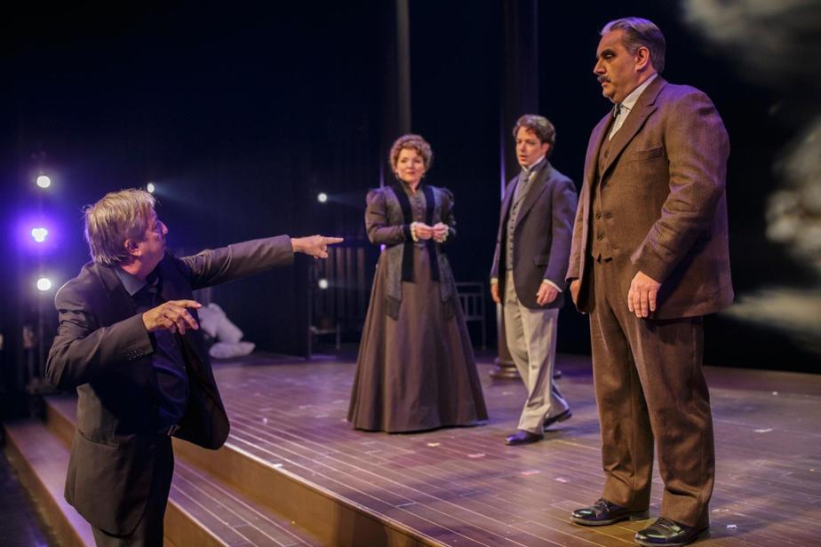 NormandChouinard, metteur en scène de l'opéra Nelligan, dirige les comédiens.