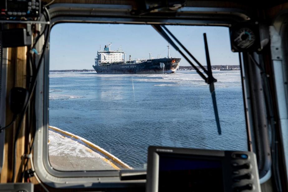Quelques mois plus tard, dans un Saint-Laurent rendu glacial par l'hiver, un bateau-pilote s'approche du gigantesque Sunny Horizon à Trois-Rivières, pour y faire une rotation.