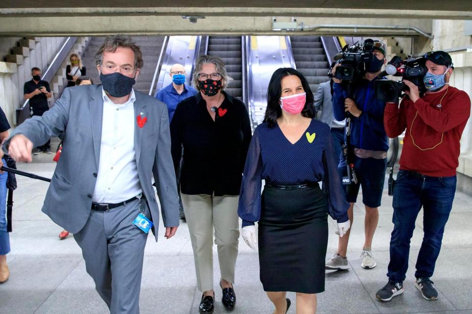 La mairesse de Montréal, Valérie Plante, accompagnée de la ministre déléguée aux Transports et responsable de la Métropole et de la région de Montréal, Chantal Rouleau, et du président de la STM, Philippe Schnobb