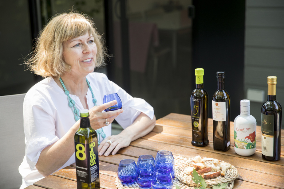 Pour goûter, on aspire une petite quantité d'huile d'olive, comme on le ferait pour le vin, et on laisse ensuite l'huile en bouche quelques instants afin d'apprécier l'amertume (sur les côtés de la langue) et le piquant (au niveau de la gorge). «Une huile d'olive qui n'est pas de qualité laissera une amertume désagréable et persistante sur le bout de la langue», explique MmePharand. La coratina, à haute teneur en polyphénols, laisse une intense sensation de picotement dans la gorge.