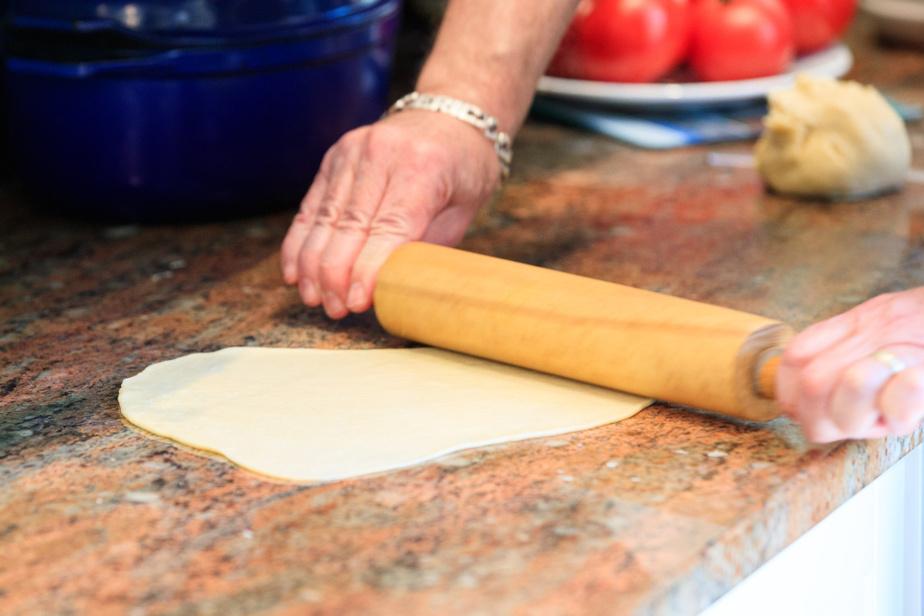 On élargit la pâte avec le rouleau à pâtisserie dans tous les sens pour obtenir une abaisse très fine.