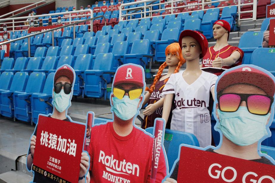 Les faux spectateurs semblent attentifs au match qui se déroule au stade international de Taoyuwan.