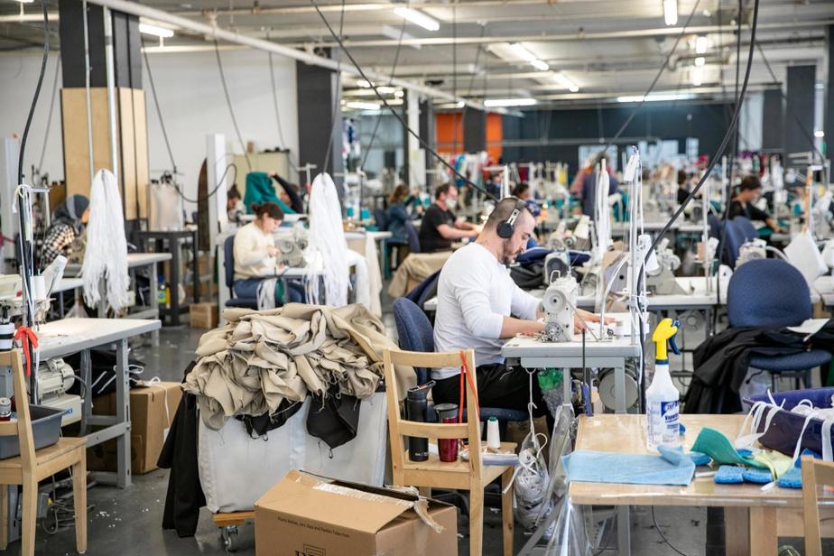Pour respecter les mesures de distanciation physique, Jean-François Rochefort a établi trois horaires de travail —deux pour la couture et un pour la découpe.