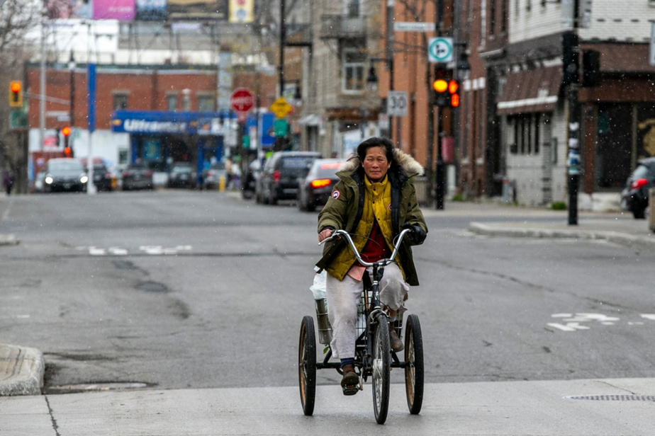 Durement éprouvée par la pandémie, Tamey Lau tente de survivre à la crise en prenant des commandes en ligne et en faisant des livraisons à tricycle.