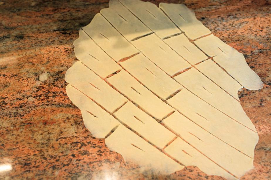 Une fois les rectangles approximatifs réalisés, on fait une incision au milieu pour pouvoir réaliser des nœuds de pâte.