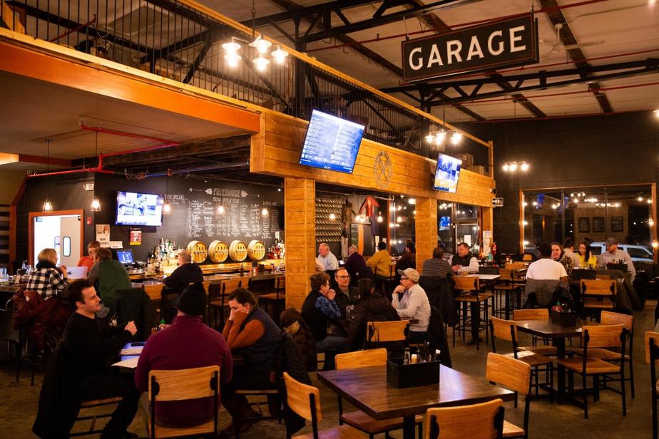 Freehouse Taproom À partir du centre-ville de Littleton, on se rend au FreehouseTaproom en traversant la rivière Ammonoosuc par la jolie passerelle piétonne couverte, construite en2004. Comme le veut son nom, la Freehouse n'est associée à aucune brasserie et sert donc certains des meilleurs produits de la Nouvelle-Angleterre. Dans l'assiette, on a affaire à un menu de pub diversifié et bien fait qui laisse une belle place aux produits locaux. Enfin, le décor soigné est celui d'un bar sportif rehaussé d'accents rappelant qu'il y avait ici un garage, autrefois.