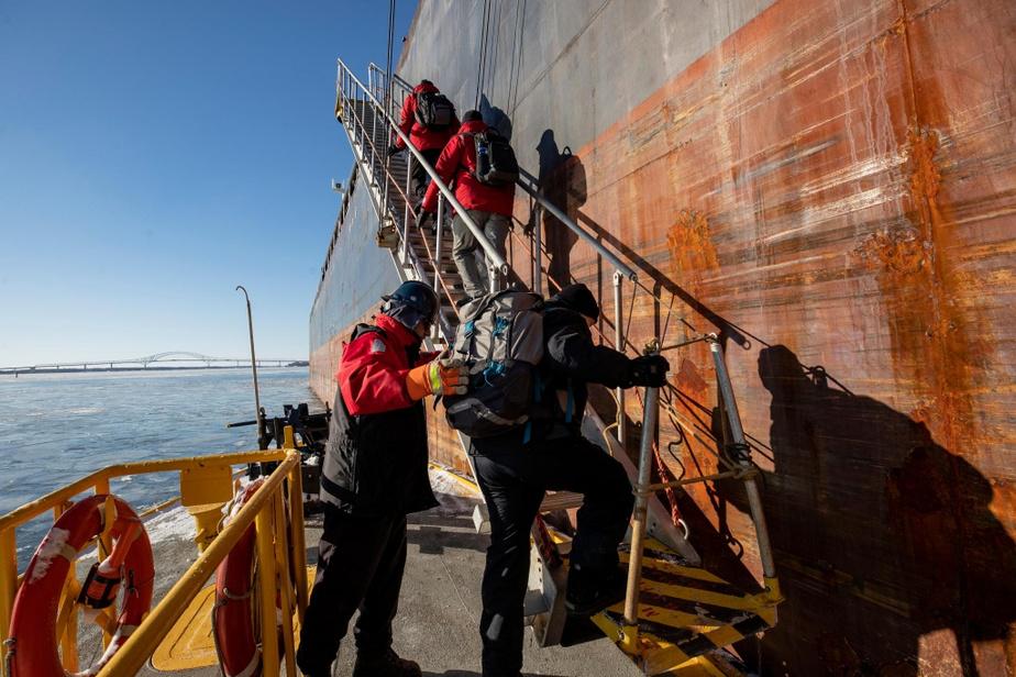 L'hiver, ce sont des équipes de deux pilotes qui embarquent sur les navires à guider, parce que les conditionsde navigation sont plus difficiles.