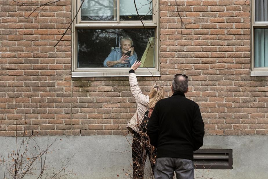 Jour de Pâques, midi: France Boulet parle au téléphone et salue sa maman Georgette Laramée, 96ans, à travers la fenêtre de sa chambre au CHSLD Yvon-Brunet. Plus tard dans la journée, la nouvelle est tombée: le test de COVID-19 de MmeLaramée est positif.