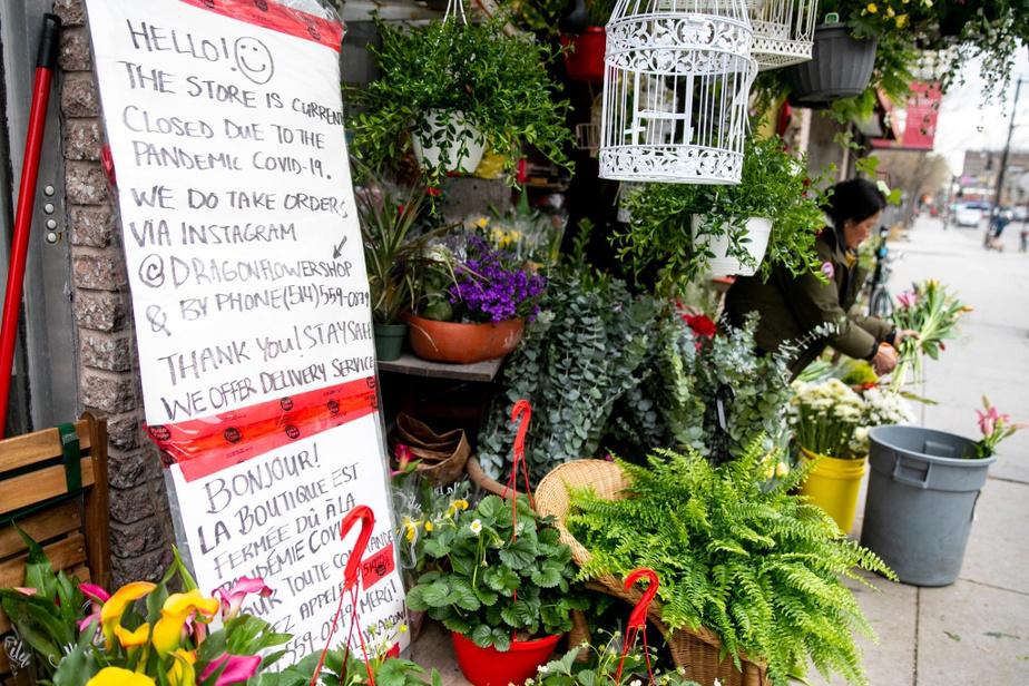 Tamey a eu maille à partir avec la police, qui l'a avertie que la vente de fleurs n'était pas un service essentiel. À tous les clients qui espèrent pouvoir acheter des fleurs sur place ou pour emporter, Tamey et ses filles rappellent que c'est impossible et qu'il importe de respecter la loi.