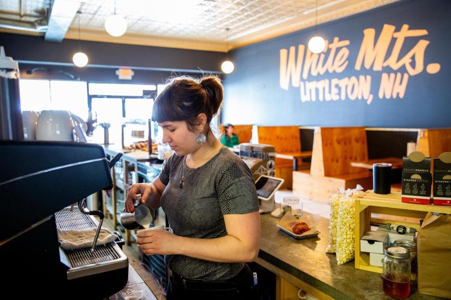 Crumb Bar On sert au CrumbBar de très bons cafés et de très belles viennoiseries–on évite toutefois de les faire chauffer, car le micro-ondes gâche le joli travail de la pâtissière. Du jeudi au samedi, la boulangerie et pâtisserie établie à Littleton il y a trois ans ouvre aussi ses portes le soir; on peut y manger de gourmands sandwichs en assistant aux spectacles d'artistes du coin. Sympathique.