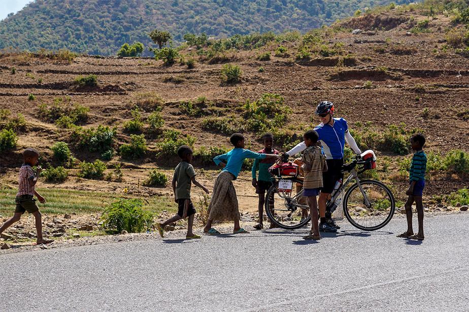 Les enfants étaient très curieux de voir et rencontrer ces Occidentaux à vélo. Surtout que ce moyen de transport est considéré comme un signe d'appartenance à une classe sociale populaire.