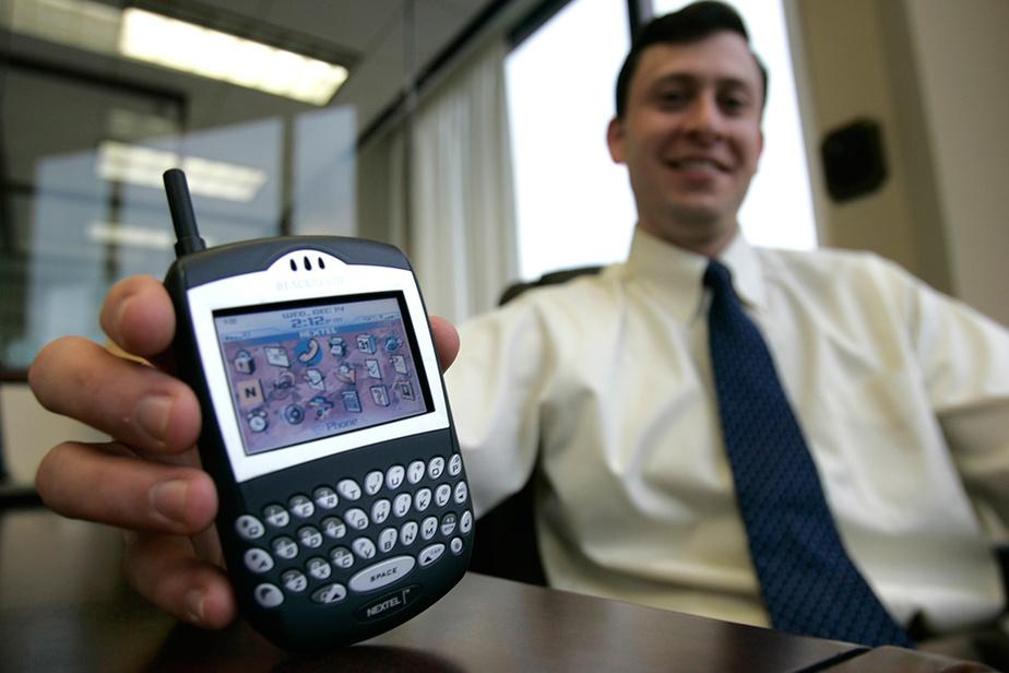 En 2005, le BlackBerry domine le marché naissant des téléphones intelligents –notamment avec le 7290 que montre ici le directeur de la recherche chez Anderson & Strudwick's, Bradley Brown.
