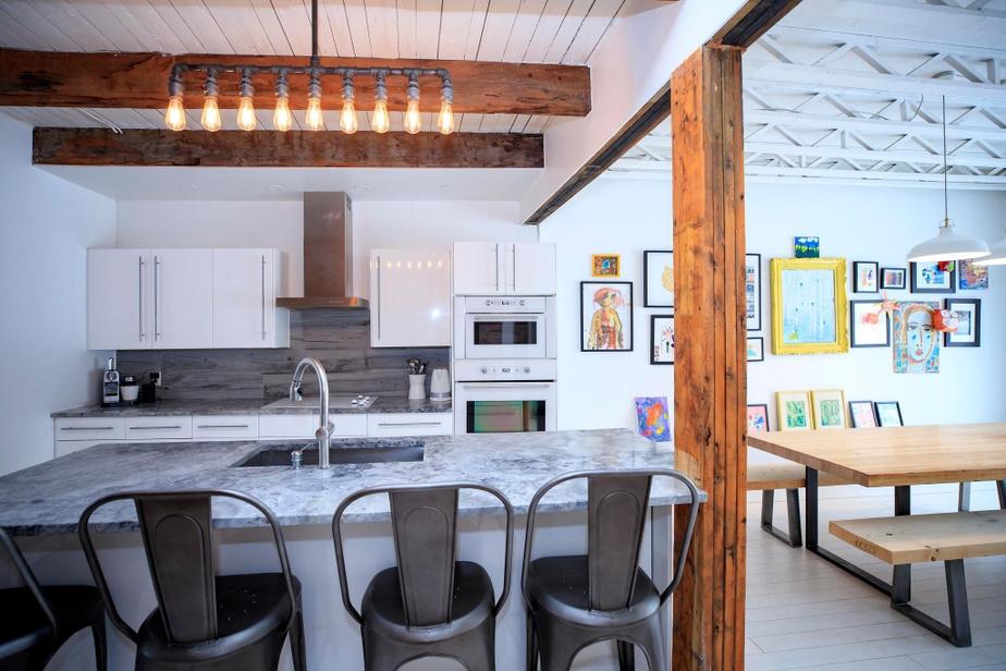 Dans la cuisine, les poutres originales apparentes ajoutent beaucoup de chaleur à la pièce.