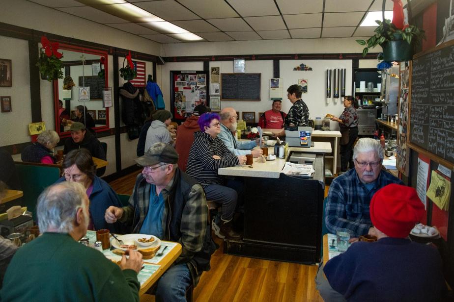 The Coffee Pot L'établissement est établi depuis près de 40ans au cœur de Littleton. C'est ici que se retrouvent les gens de la place pour le déjeuner. On y vient pour le service avenant, mais aussi pour le pain de ménage, les muffins et les crêpes faits maison.