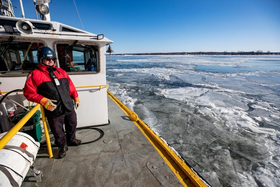 Le marin Francis Lahaye observe les glaces à partir du pont du bateau-pilote Josée H.