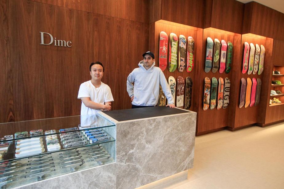 Des étagères permettent de mettre en valeur les différents t-shirts colorés de Dime Mtl.