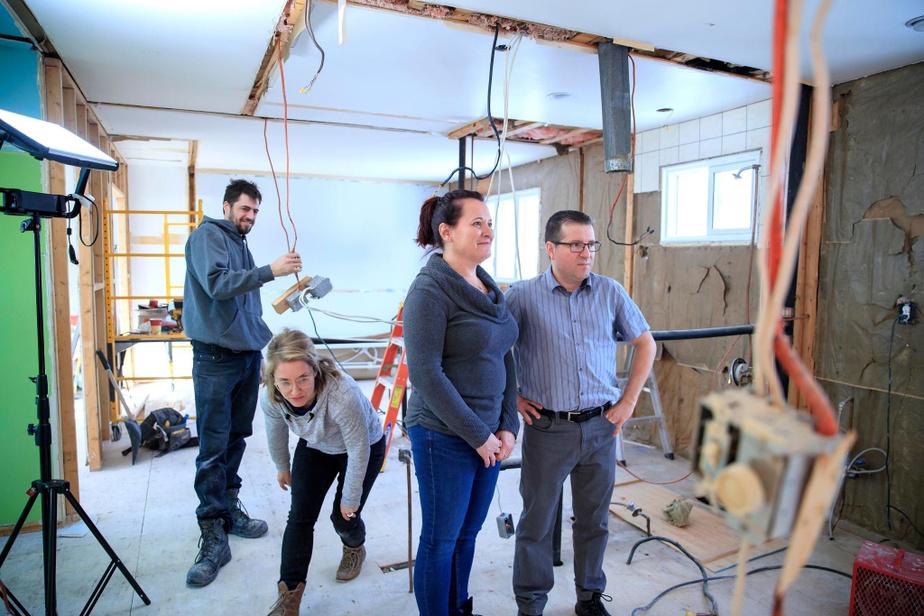 Les travaux de démolition débutent le 8janvier. Pascal et Sophie ont dû quitter les lieux le temps des travaux. À moins d'imprévus majeurs, ils ne sont autorisés à revenir qu'une seule fois sur le chantier, soit lors de la démolition. Les informations fournies par le propriétaire se confirment: la structure de la maison est autoportante.