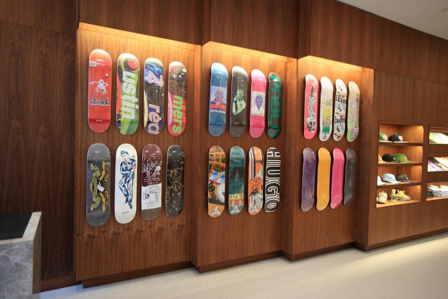 Grâce à une disposition étagée, on peut bien voir les différentes planches de skate.