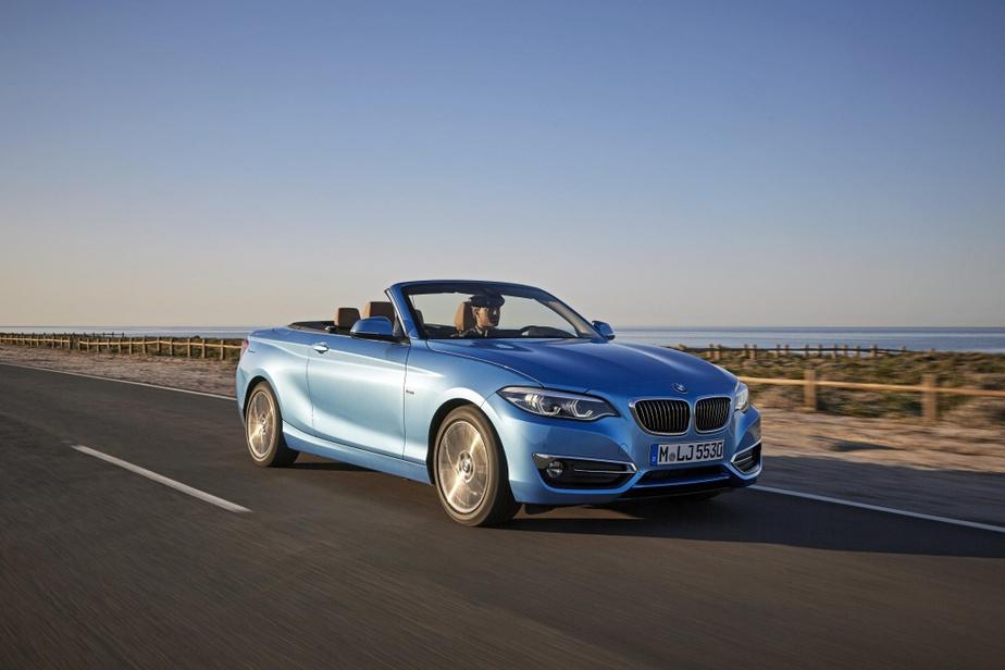 BMW Série2 Concurrente directe de l'A3 cabriolet, cette Série2cabriolet bénéficie d'un positionnement un peu plus sportif grâce à son châssis à propulsion. Son quatre-cylindres turbo de série de 2L est aussi légèrement plus puissant (248ch), ce qui assure des accélérations plus vives que celles de l'Audi. Le rouage intégral est également offert de série, mais cette version est plus chère, à 49500$ de base.