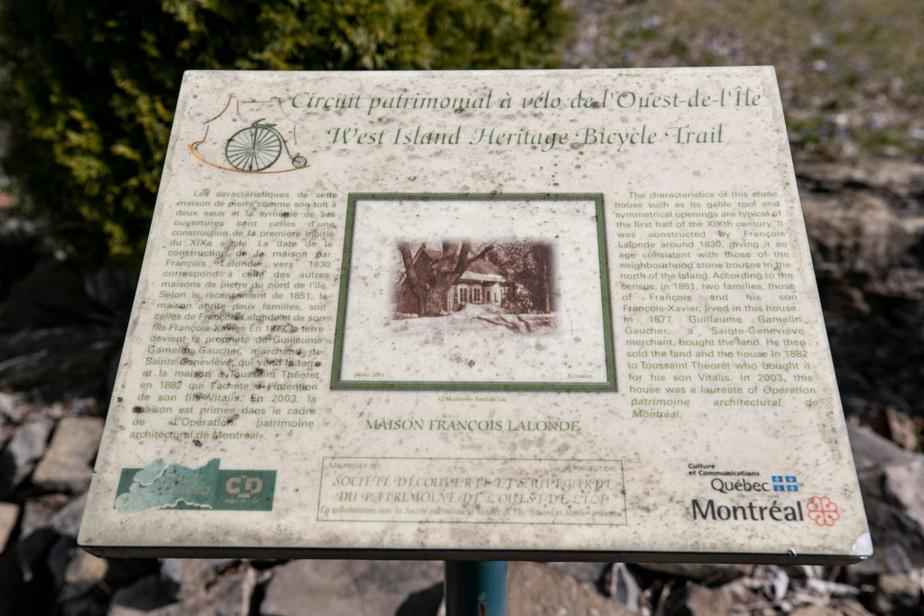 Une plaque installée au bord du chemin du Bord-du-Lac explique quelques éléments d'histoire de la maison.